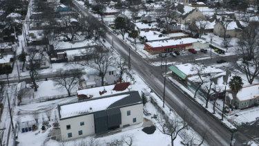 Salju dan es menguasai lingkungan di Austin. Hari keenam pembekuan di seluruh negara bagian dan masih jutaan orang Texas tanpa listrik.