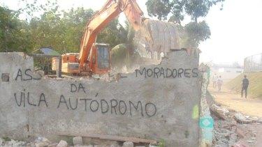 Bulldozers start demolitions at Vila Autodromo in October.