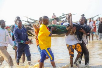 Rescuers recover people caught when their boat sank in Kebbi, Nigeria