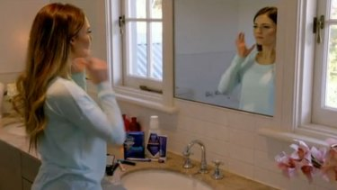 Bachelorette Sam applying her makeup and playing with toothpaste before her big date with Alex.
