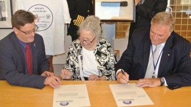Signing the memorandum of understanding: director of the Australian National Maritime Museum Kevin Sumption, Dr Kathy Abbass; then ambassador to the US Kim Beazley.