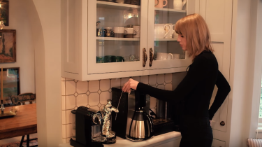 Swift showed off her - quite normal, bar the VMA on the bench - kitchen.