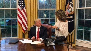 Sarah Palin speaks to President Donald Trump in the Oval Office.
