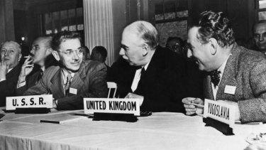 John Maynard Keynes (centre).