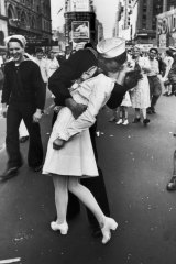 Woman in WWII Times Square kiss photo dies