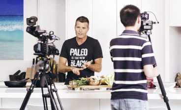 "Pete Evans cooks cauliflower fried ""rice"" at home."