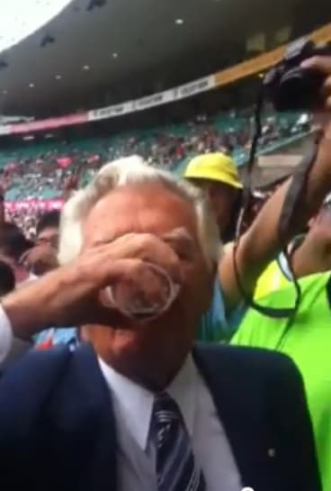 Bob Hawke skolls a beer during the Australia vs India Cricket Test at the SCG in 2012.