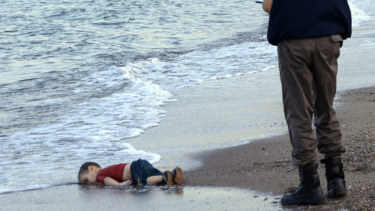 A post on the website of One Nation candidate Peter Rogers claims that this image of Syrian refugee Alan Kurdi washed up on a Turkish beach is a fake.