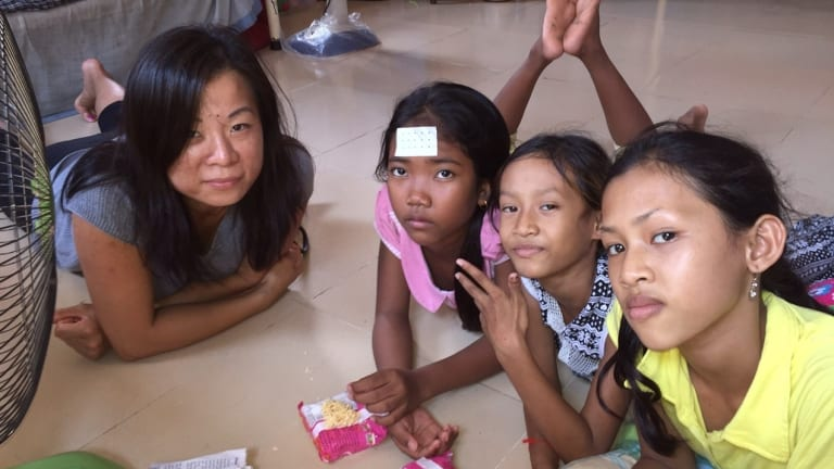 Volunteer Ame (left) American volunteer Ame (left) with some children at an orphanage in Phnom Penh.