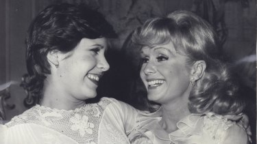 Reynolds (right) and Fisher in 1974.