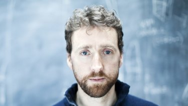 Colm Mac Con Iomaire: Crossing borders between genres.