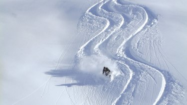 A man has died while heli-skiing in New Zealand.