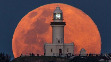 The gravitational pull of a full moon causes tides that can turn a small earthquake into a monster, scientists say.