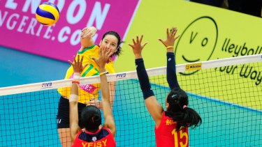 Australian volleyballer Eliza Hynes has been signed by Collingwood.
