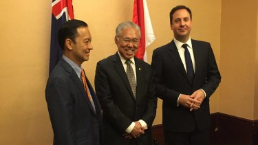 Australian Trade Minister Steve Ciobo (right), meets with former Indonesian trade minister Thomas Lembong (left) and new Trade Minister Enggartiasto Lukita (centre) in Jakarta.