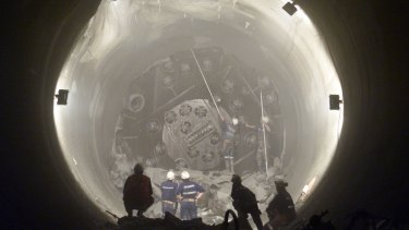SPRINTSCAN 000000 TUNNEL;000716;SYDNEY.SMH NEWS.PHOTO BY PETER RAE.  PHOTO SHOWS,THE BREAKTHROUGH OF THE NORTHSIDE STORAGE TUNNEL,WORKERS CLEAR THE LAST LOOSE ROCKS AFTER THE   MACHINE BREAKS THROUGH.