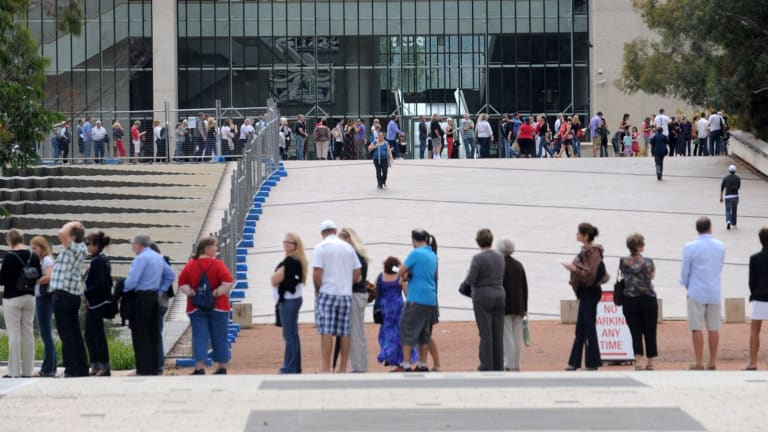 The  massive queue  waiting to see the  Masterpieces from Paris exhibition  at the National Gallery of Australia in 2010.