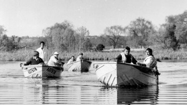 Narrandera rescue squad boats search Lake Wyangan for the body of missing Griffith man Don Mackay in 1977.