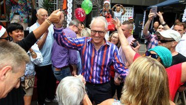 Prime Minister Malcolm Turnbull gets into the festive spirit at the Wayside Chapel in Potts Point.
