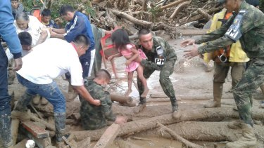 Soldiers rescue a child in Mocoa, Colombia.