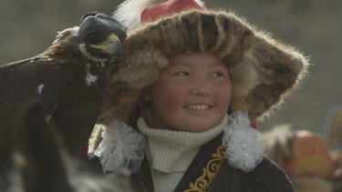 Aisholpan is a 13-year-old Kazakh girl in western Mongolia who learns the ancient art of eagle hunting from her father Nurgaiv.
