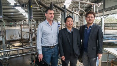 Lu Xianfeng (centre) during the purchase of Van Diemans Land Company in 2016.