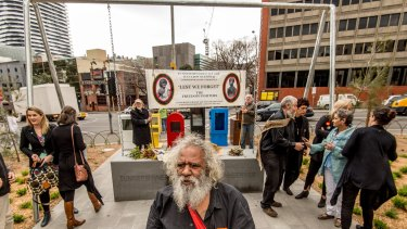 Elder Talgium ''Choco'' Edwards in front of the monument to the executed Aborigines.