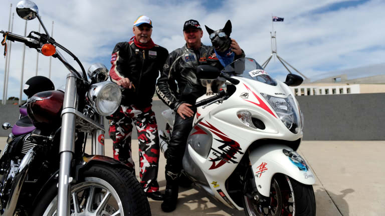 Tex O'Grady with Bundy outside Parliament House, Canberra, during a ride in 2009 for organ donor awareness.