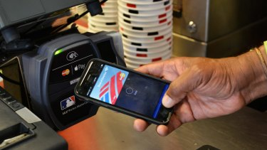 Retailers are supporting several banks' push for collective negotiation over Apple's digital wallet.