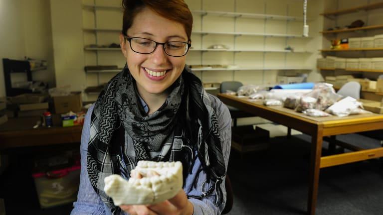 Elen Feuerriegel holds a 3D model of the lower jaw of Dinaledi Hominin 1.