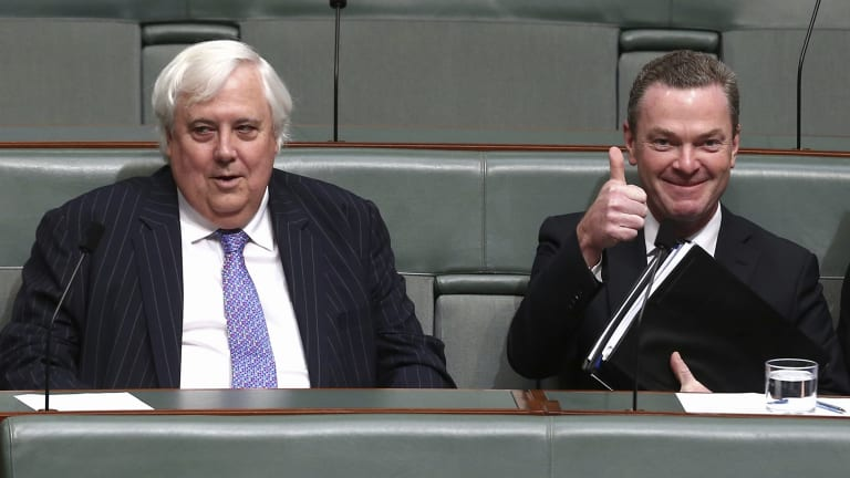 Education Minister Christopher Pyne has failed to win the support of Palmer United Party leader Clive Palmer for deregulation of university fees.