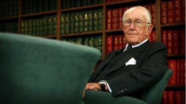 Malcolm Fraser in his office at 101 Collins Street in 2007.