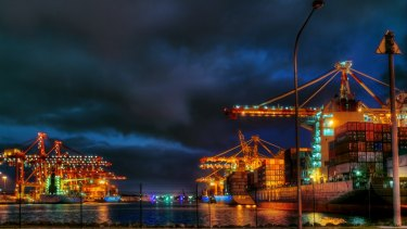 Workers are threatening further rolling strikes against Patrick Stevedores.