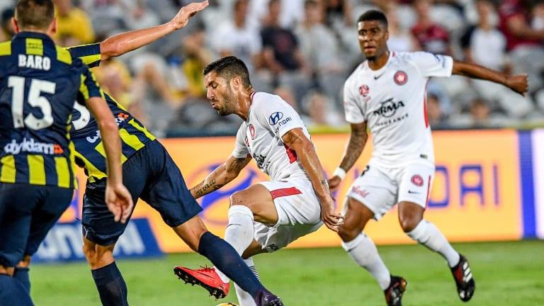 Maestro: Alvaro Cejudo maintains possession in the face of Mariners pressure.
