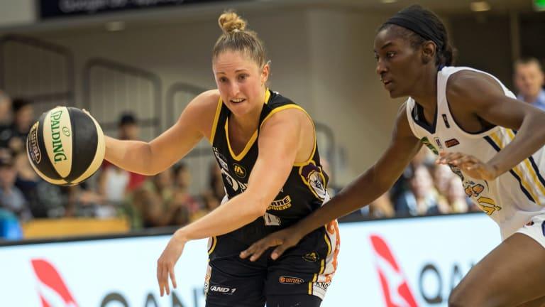 Melbourne's Rebecca Cole evades Sydney's Asia Taylor.