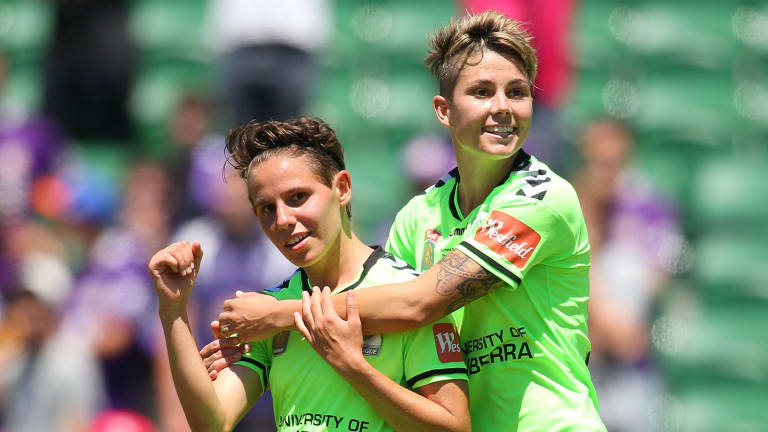 Ashleigh Sykes and Michelle Heyman have re-signed with Canberra United for the upcoming W-League season.