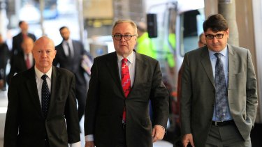 Michael Yabsley (centre) arrives to the ICAC to give evidence in 2014.