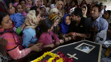 Pakistani Christian women mourn.