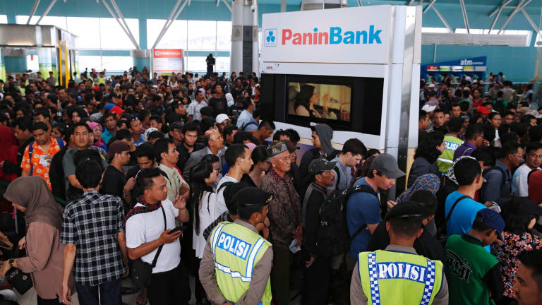 Hundreds of Lion Air passengers stand in a line to claim their tickets money back after their flights were delayed at Soekarno-Hatta airport in Jakarta February 20, 2015. Hundreds of Lion Air passengers have directed their anger towards the low-cost carrier for numerous flight delays that have occurred since Wednesday, in the middle of the Chinese New Year holiday, local paper reported on Friday. REUTERS/Beawiharta (INDONESIA - Tags: TRANSPORT SOCIETY)