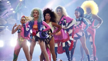 """Miley Cyrus performs """"Do It"""" at the 2015 MTV Video Music Awards."""