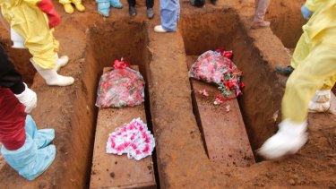 The Sierra Leone government has begun burying the hundreds of people killed in mudslides last week.