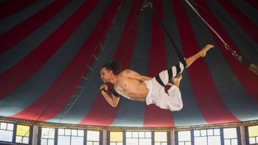 """Omar Cortes performs in """"La Clique"""" in The Famous Spiegeltent."""