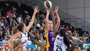 Melbourne Boomers' Olivia Thompson shoots over SEQ Stars' Rebecca Allen and Ify Ibekwe.