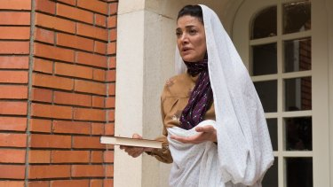 Shohreh Aghdashloo's maid Habibeh is torn between loyalty to her employers and her son's revolutionary fervour.