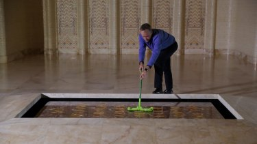 Opposition Leader Bill Shorten cleans dust from the Tomb of the Unknown Soldier.