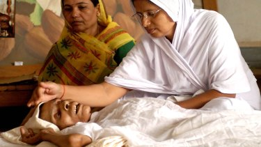 Jain nun Kiran Godre, right, attending to Ratan Bai, a 75-year-old woman in 2005, as she waited for death.