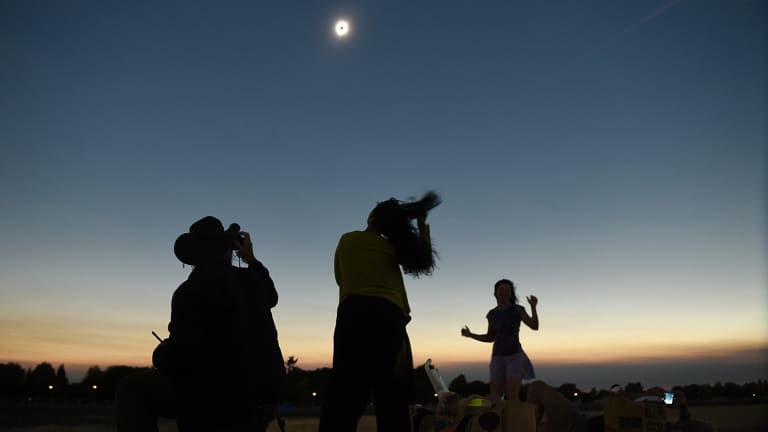 Twins Auto Mall >> Solar eclipse: Millions of Americans turn to the skies for the total eclipse