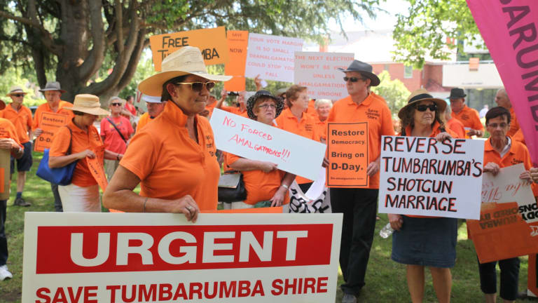 Council amalgamation protesters from Tumbarumba descend on Queanbeyan.