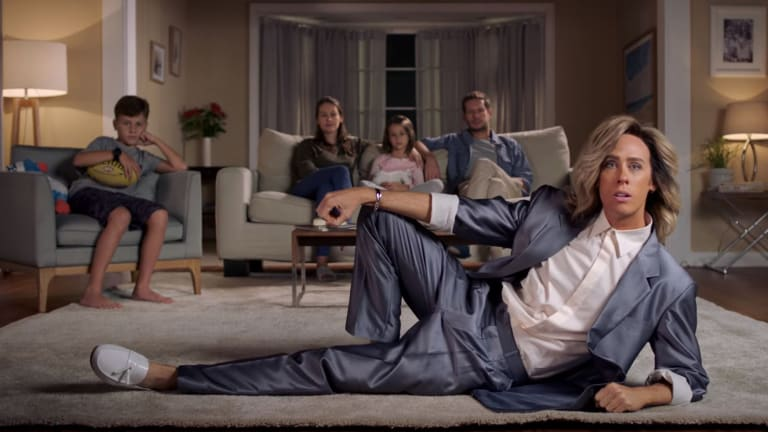 The ad shows Shane strutting around living rooms as the quintessential 80s star.