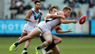 The Power's Ollie Wines gets the ball away at the MCG.